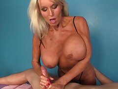 Mature masseuse with huge bowels gladdens the man with a handjob