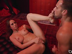 Desiree Dulce spreads her legs be advisable for strong jaws while she screams